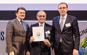 Jacek Matyjasik (l) and Mariusz Ochocki (r) of PKN Orlen, with Global Finance publisher Joseph D. Giarraputo (c)